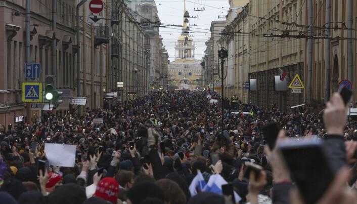 MOT REGIMET: Demonstranter i gatene i St. Petersburg søndag 31. januar.