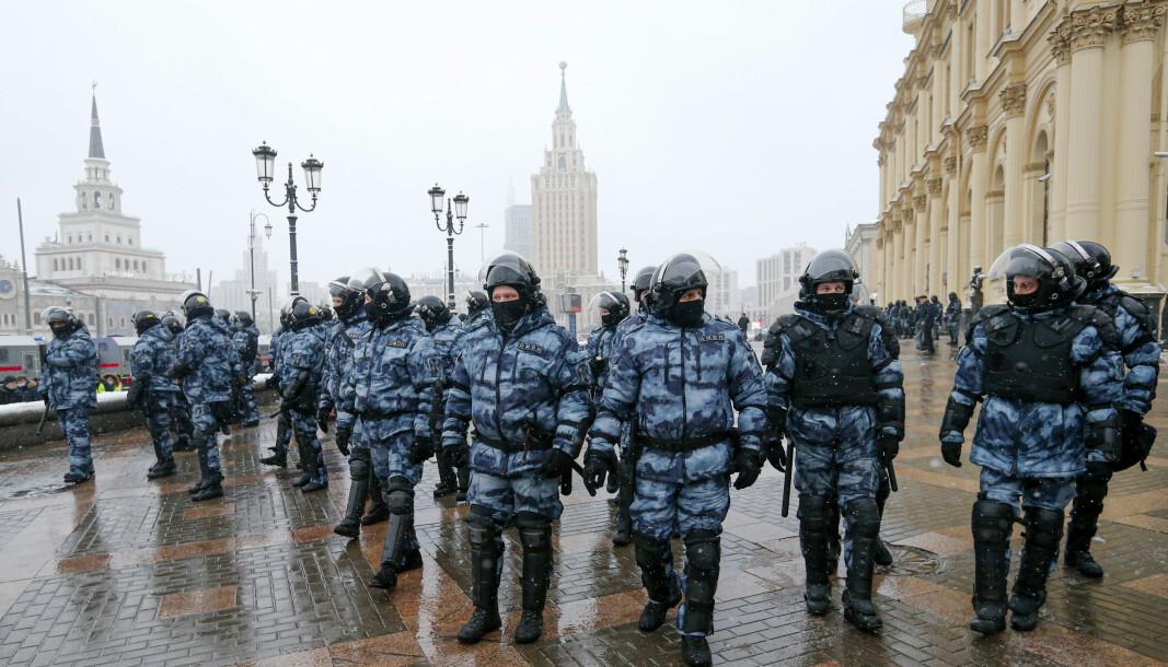 PASSER PÅ: Opprørspolitiet i Moskva stod søndag klare til å håndtere demonstrantene mot regimet.