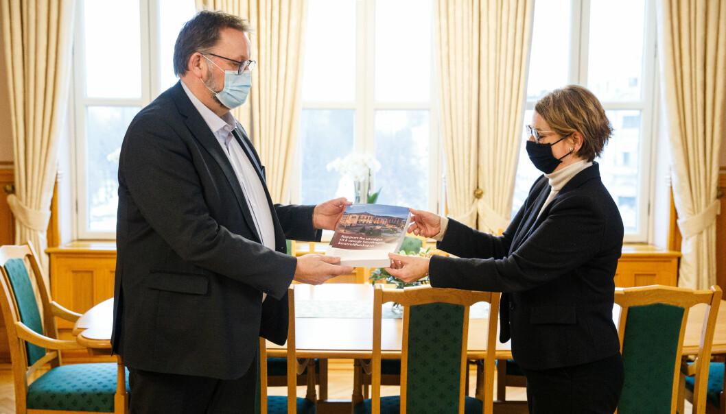 Utvalgsleder Svein Harberg overleverer Harberg-utvalgets rapport til stortingspresident Tone Wilhelmsen Trøen.