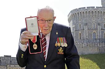 Britisk veteran som tidligere samlet inn milioner til helsevesenet er koronasmittet