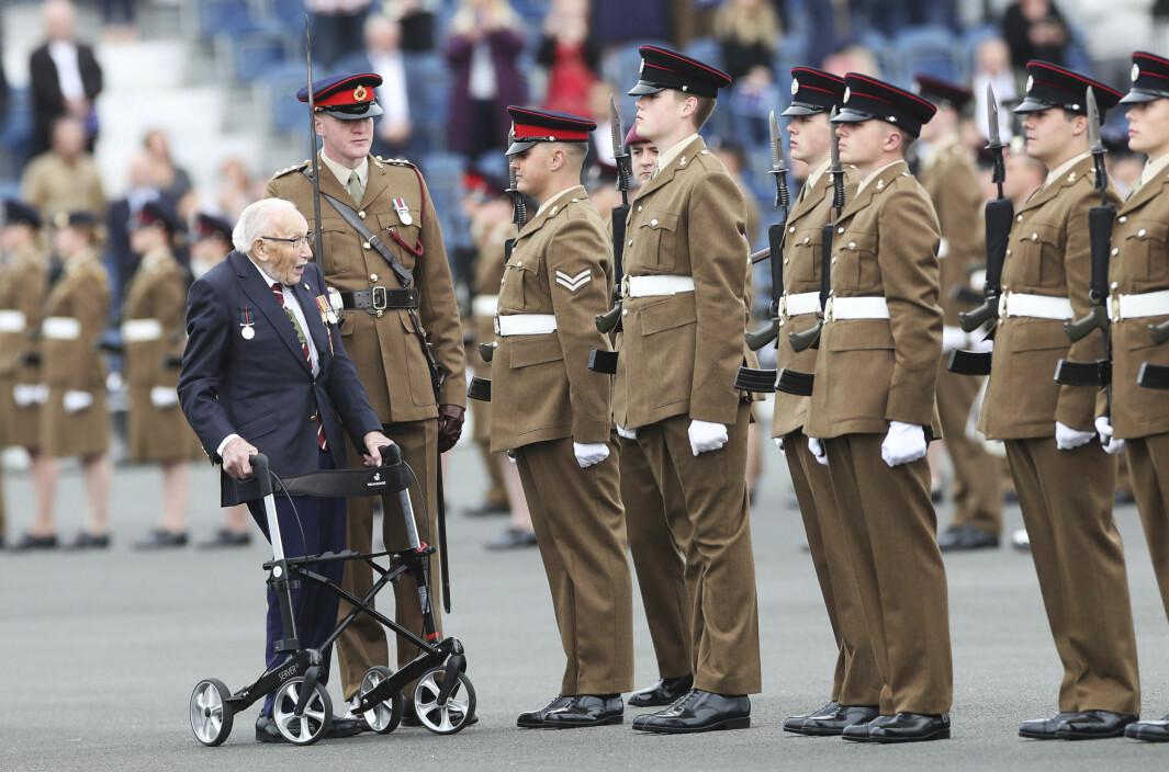 INSPISERER: Tom Moore inspiserer soldatene som skal uteksamineres fra Army Foundation College in Harrogate, England. Bildet ble tatt i september 2020.