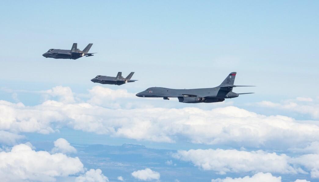 MØNSTER: Den amerikanske deployeringen av amerikanske bombefly føyer seg inn i et mønster, skriver Tormod Heier. Her ser vi to B-1B Lancer bombefly sammen med norske F-35A kampfly.