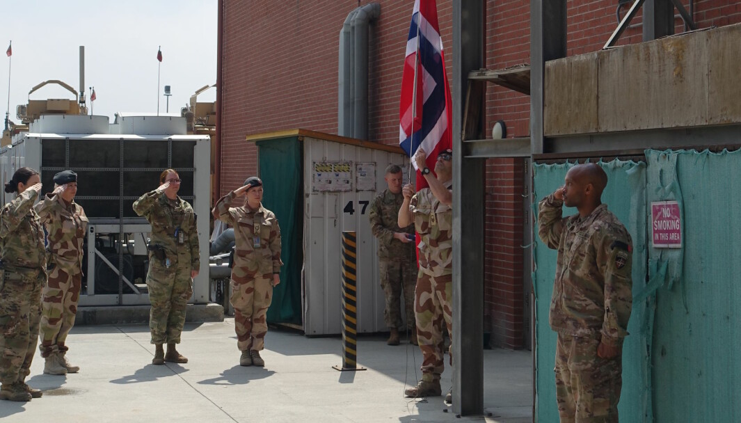 Heising av det norske flagget utenfor sykehuset med norsk- og amerikansk militært personell, under den offisielle markeringen av at Norge tar over ledelsen av det flernasjonale sykehuset i Kabul i april 2020.