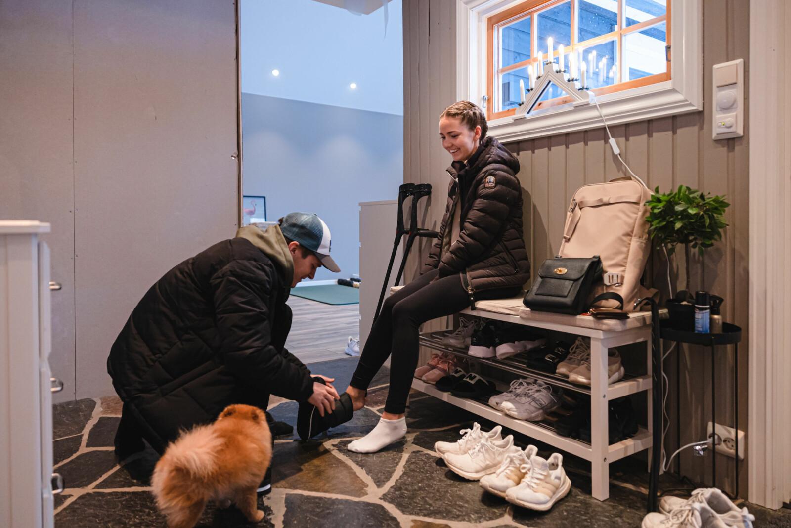 ROSER SAMBOEREN: Sandra Myrskog Kronberg roser samboeren Tobias Robarth Melby for den hjelpen hun har fått. Han jobber i Kystvakten.