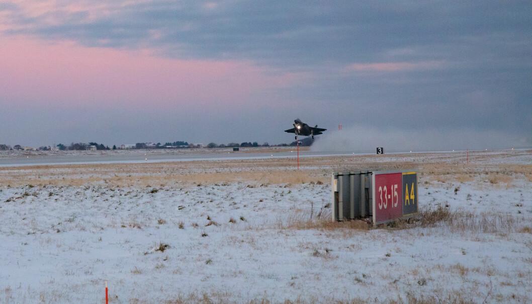 Dette illustrasjonsfotoet viser en F-35 som tar av fra Ørland flystasjon. Tre amerikanske soldater ved stasjonen har testet positivt for koronaviruset.