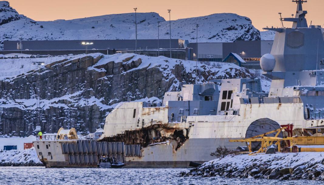 ØDELAGT: I dag presenterte Havarikommisjonen delrapport to om ulykken. På bildet flyttes KNM Helge Ingstad destruering hos Norscrap West på Ågotnes.