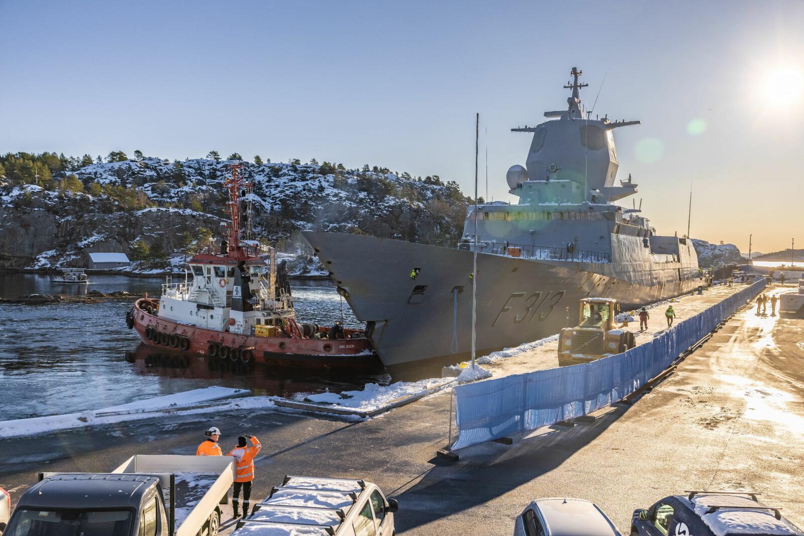 KNM Helge Ingstad ble mandag morgen flyttet fra CCB-basen på Ågotnes til destruering hos Norscrap West på Hanøytangen på andre siden av fjorden.
