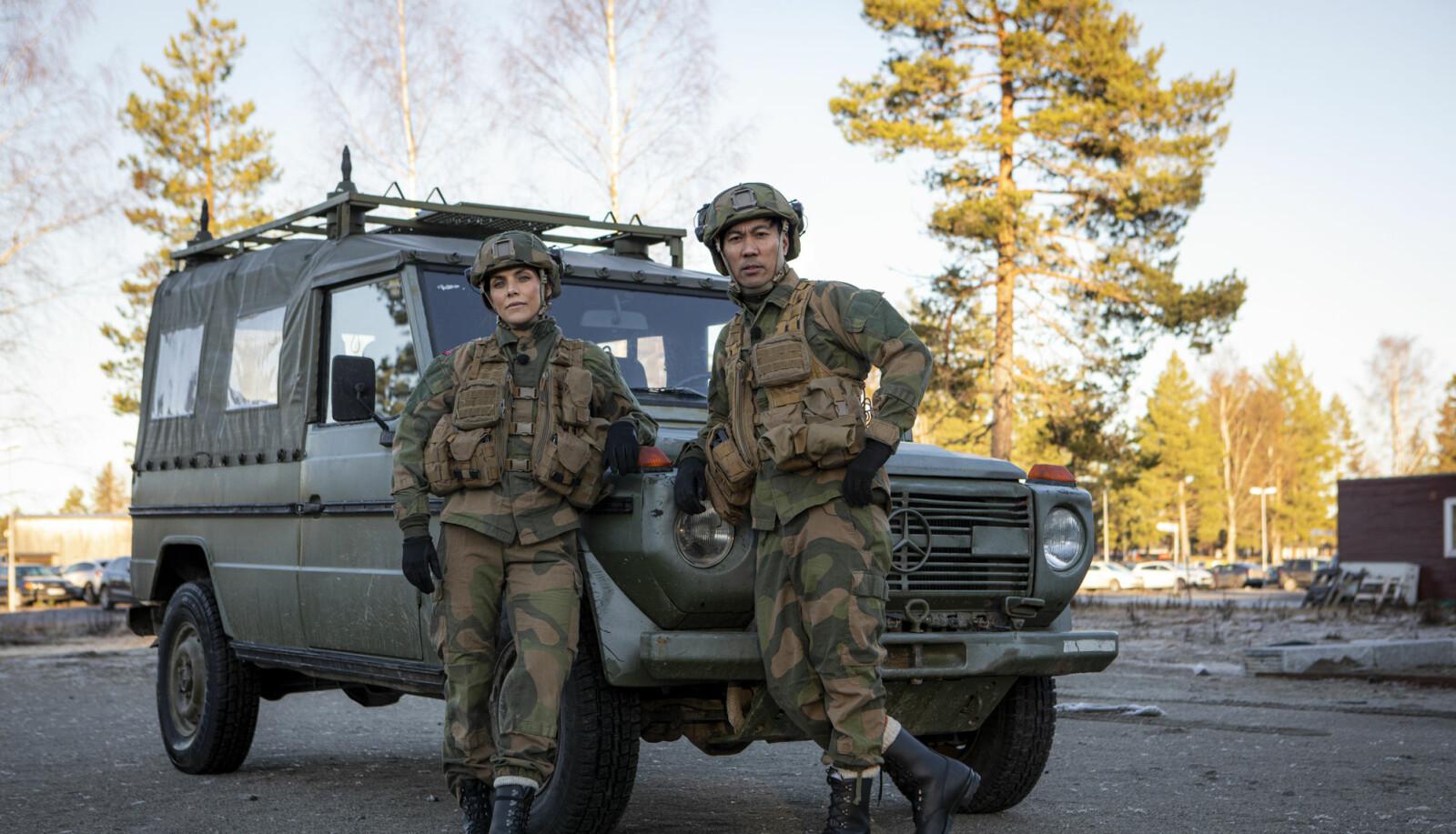 Jørgine Massa Vasstrand og Christian Strand står klart til å konkurrere iført militært utstyr.