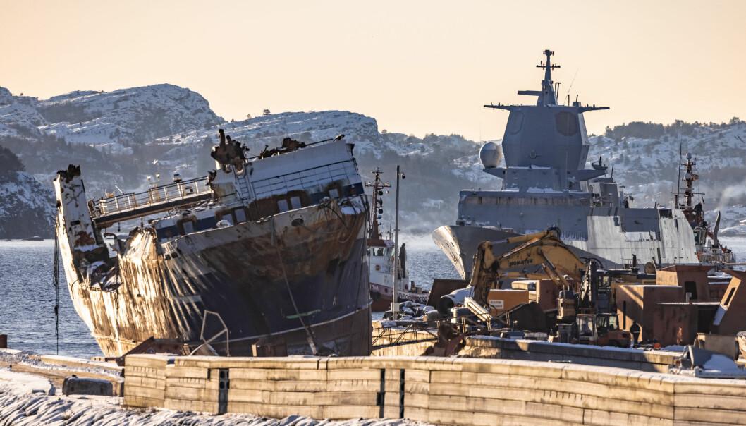 FEIL: Det ble gjort flere graverende feil om bord KNM Helge Ingstad, skriver Audun Hausberg. Her flyttes fregatten fra fra Ågotnes til destruering hos Norscrap West på Hanøytangen.