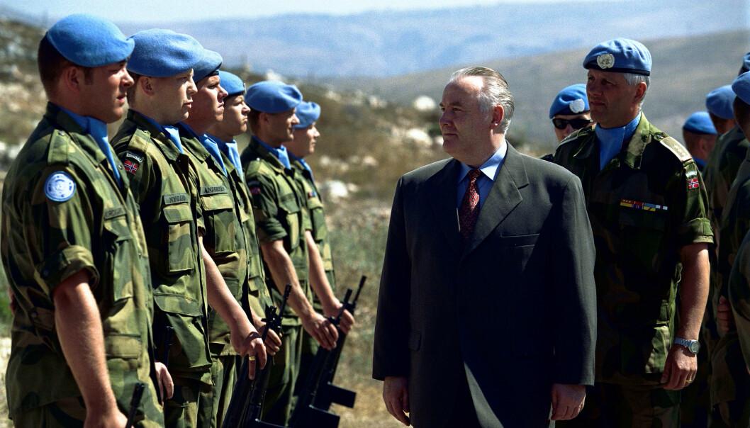 Bildet viser forøvrig mitt første møte med Fjærvoll, skriver Kristoffer Egeberg. 28. November 1998 sto jeg oppstilt på Falkehøyden i Sør-Libanon da den norske FN-bataljonen i UNIFIL ble lagt ned, og ansvaret avgitt til det indiske gurkha-regimentet.