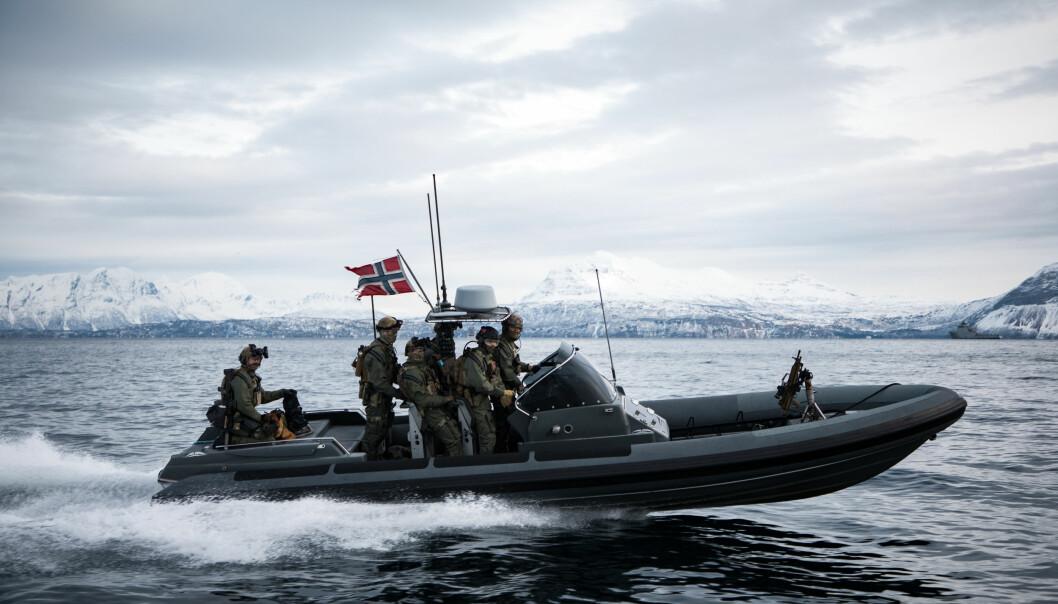 Kystjegere seiler i lettbåt utenfor Harstad under øvelse Cold Response 2020.