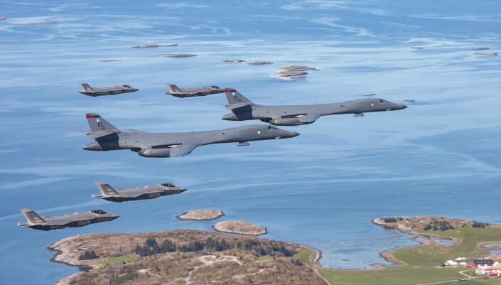 """<span class="""" font-weight-bold"""" data-lab-font_weight_desktop=""""font-weight-bold"""">Samtrening:</span> Norske F-35 trener sammen med amerikanske B-1B Lancer. I februar utplasseres bombeflyene på Ørland flystasjon."""