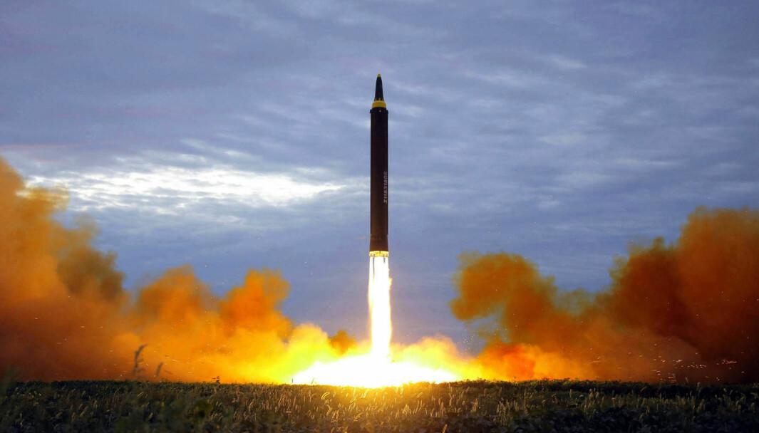 Testing av et Hwasong-12 missile i Pyongyang, Nord-Korea. Landet har brukt stjålet kryptovaluta for å finansiere atomprogrammet.