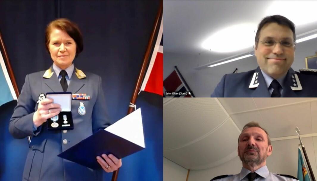 Her får Oberst John Andreas Olsen (øverst til høyre) tildelt sin medalje av sjefen for Luftforsvaret Tonje Skinnarland.