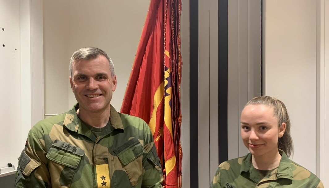 Sjef for Hæren, generalmajor Lars Lervik roser Hærens hovedtillitsvalgt Linnea Huseby Røbech for å ha adressert problemet med manglende bind og tamponger.