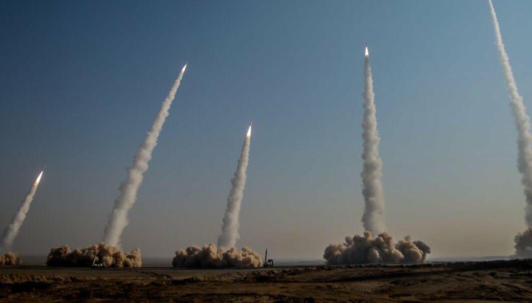Missiler: Iran har startet en stor militærøvelse nær grensen til Irak. Bildet er fra en annen øvelse 15 januar hvor det ble skutt med ballistiske missiler.