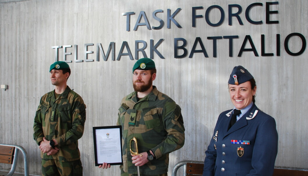 Markering på Rena. Fra venstre: TMBN-sjef Eskild Walnum, sersjant Terje Tellefsen og <strong></strong>oberstløytnant Christine Torjussen, sjef Befalsskolen.<strong></strong>