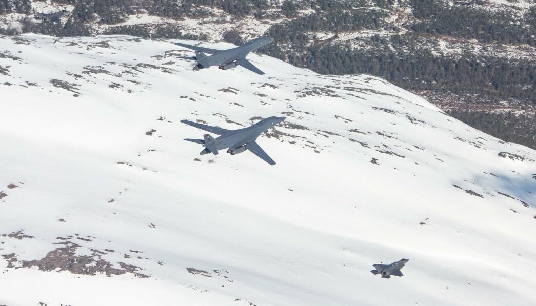 BOMBEFLY: Målet må være etter vårt syn være å avskrekke fiender og berolige egen befolkning og allierte, skriver Hårek Elvenes og Tom Myrvold. Her ser vi B-1B Lancer i formasjon sammen med norske F-35A kampfly.