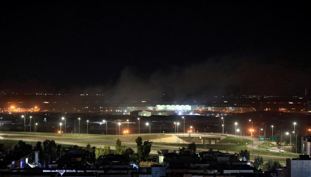 På bildet stiger røyk opp over Arbil, mandag kveld 15. februar, 2021.