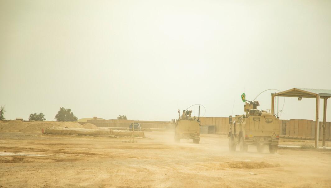 Norske pansrede dingo-kjøretøy i den amerikanske leieren i Al Assad i mars 2020.