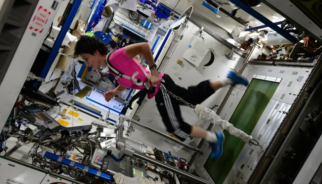 Den italienske astronauten Samantha Cristoforetti jogger på den Internasjonale romstasjonen.