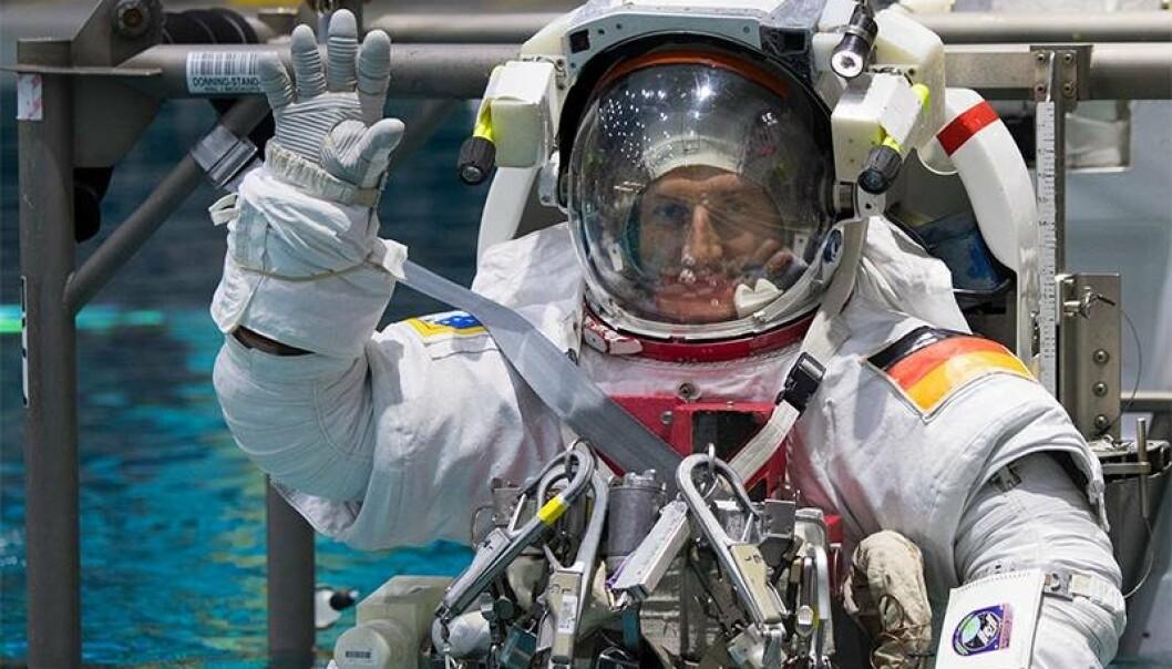 ESAs tyske romfarer Matthias Maurer under trening under vann for å etterlikne vektløsheten i rommet.