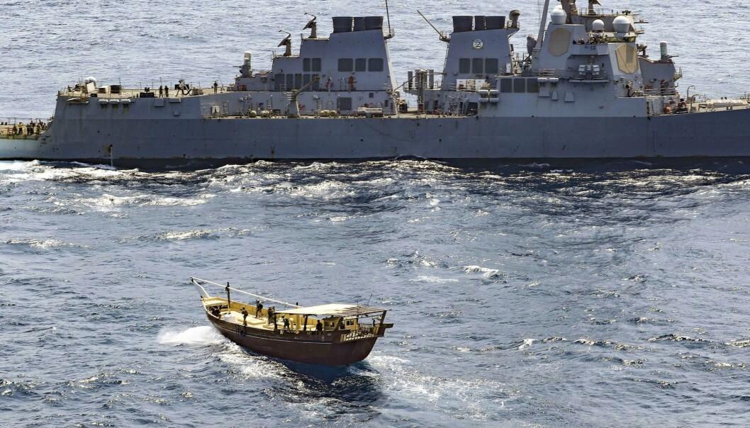 STANSET: USS Winston S. Churchill border et statsløst fartøy utenfor kysten av Somalia.