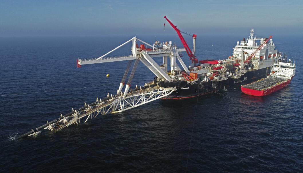 NORD STREAM: Et skip jobber med rørledningen Nord Stream 2 i Østersjøen.