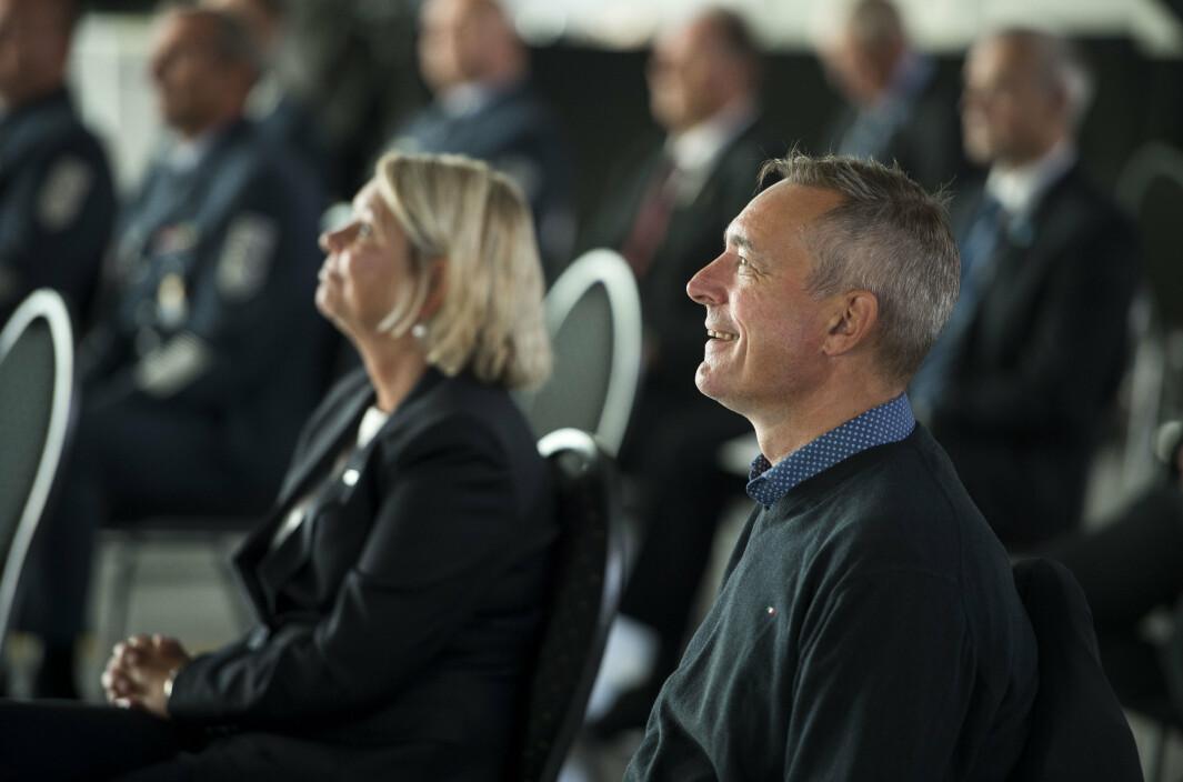 Justis- og beredskapsminister Monica Mæland (t.v.) og forsvarsminister Frank Bakke-Jensen (t.h.) under en markering av Norges nye redningshelikoptre AW101 på Sola.
