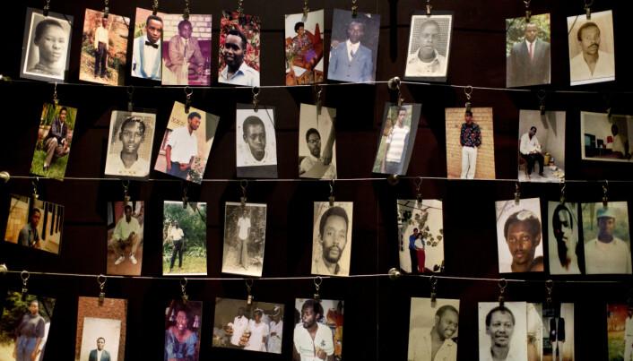 Dette arkivbildet fra 2014 viser familiefotografier av noen av de som mistet livet i folkemordet. Bildene er stilt ut i Kigali Genocide Memorial Centre i hovedstaden Kigali.