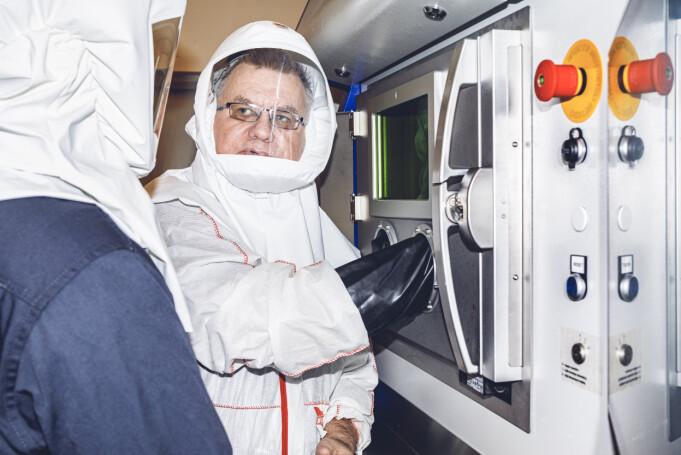 FØLGJER MED: Jan Rune Nilssen følgjer med på prosessen gjennom eit lite vindauge.
