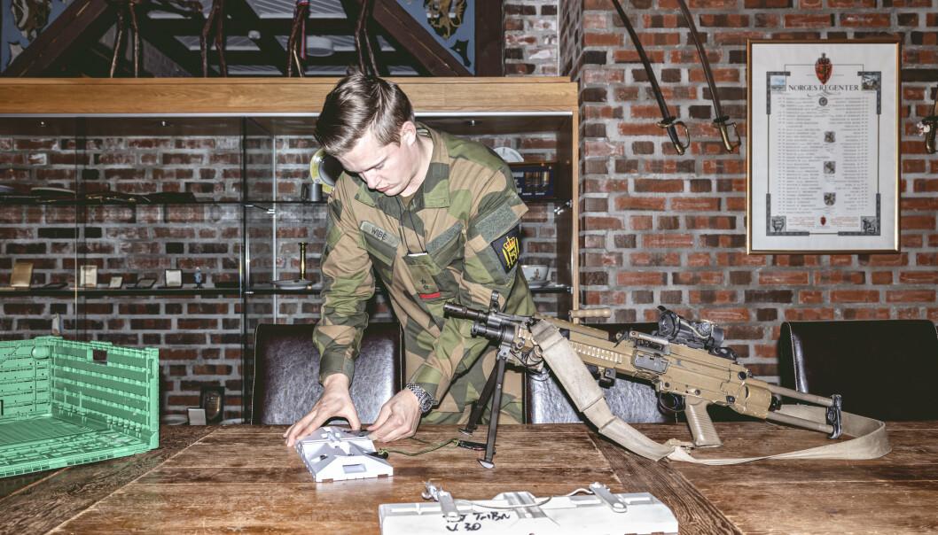 NYSKAPAR: Løytnant Eirik Wibe fikk ideen om ei trugeløysing for lette maskingevær.