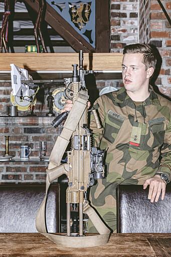 PROTOTYP: Trugeløysinga for lette maskingevær testes ut. Her vises den fram av løytnant Eirik Wibe.