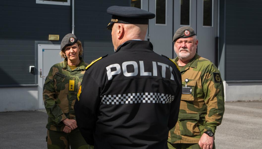 HV-BISTAND: Sjef Heimevernet besøker grensekontroll til Opplandske heimevernsdistrikt-05 på Magnormoen. Heimevernet har flere ganger gjennom koronapandemien bistått politiet.