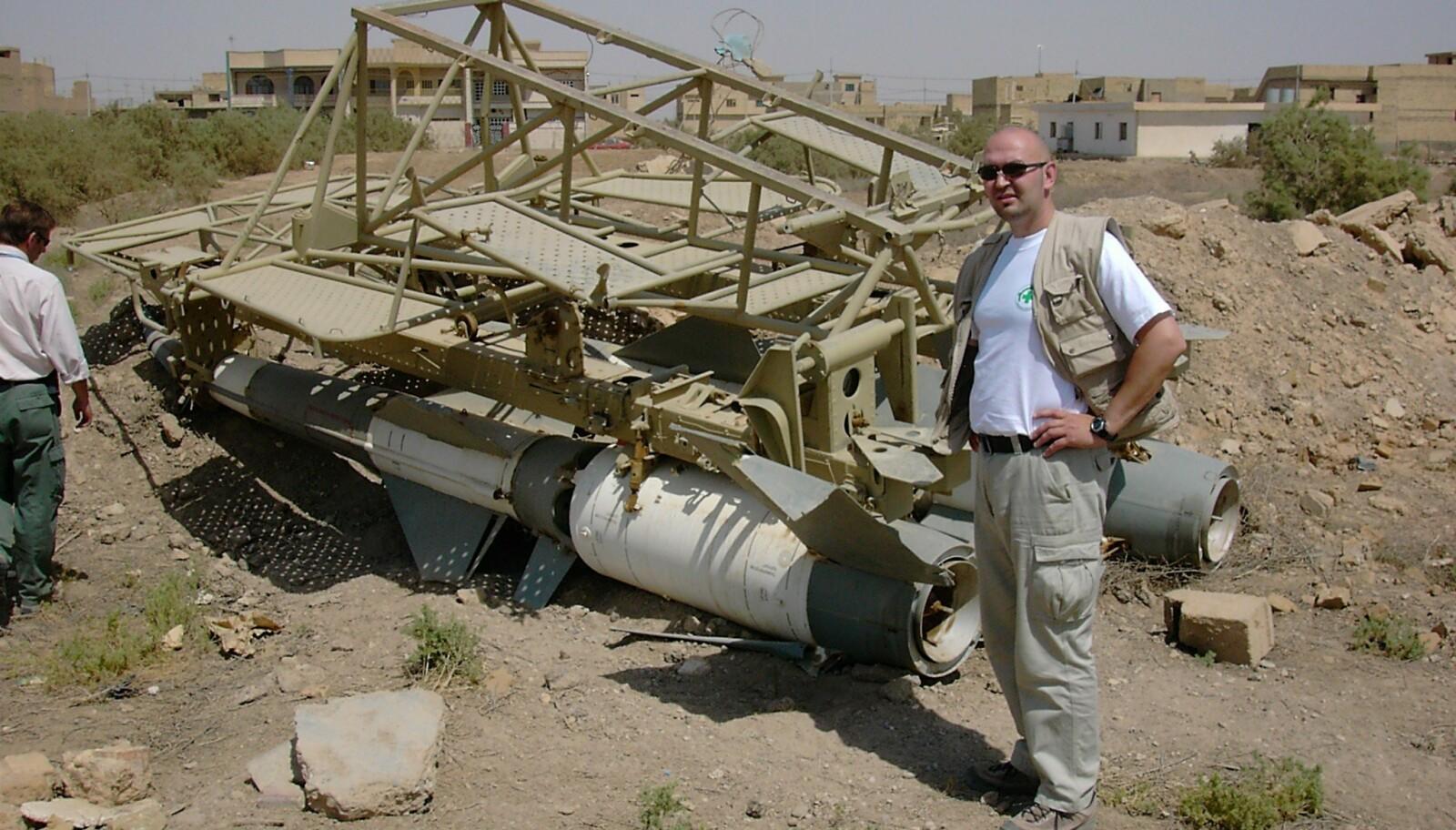 EKSPERT PÅ JOBB: I Bagdad like etter at krigen stanset i 2003. På bakken ligger to bakke-til-luft-missiler.