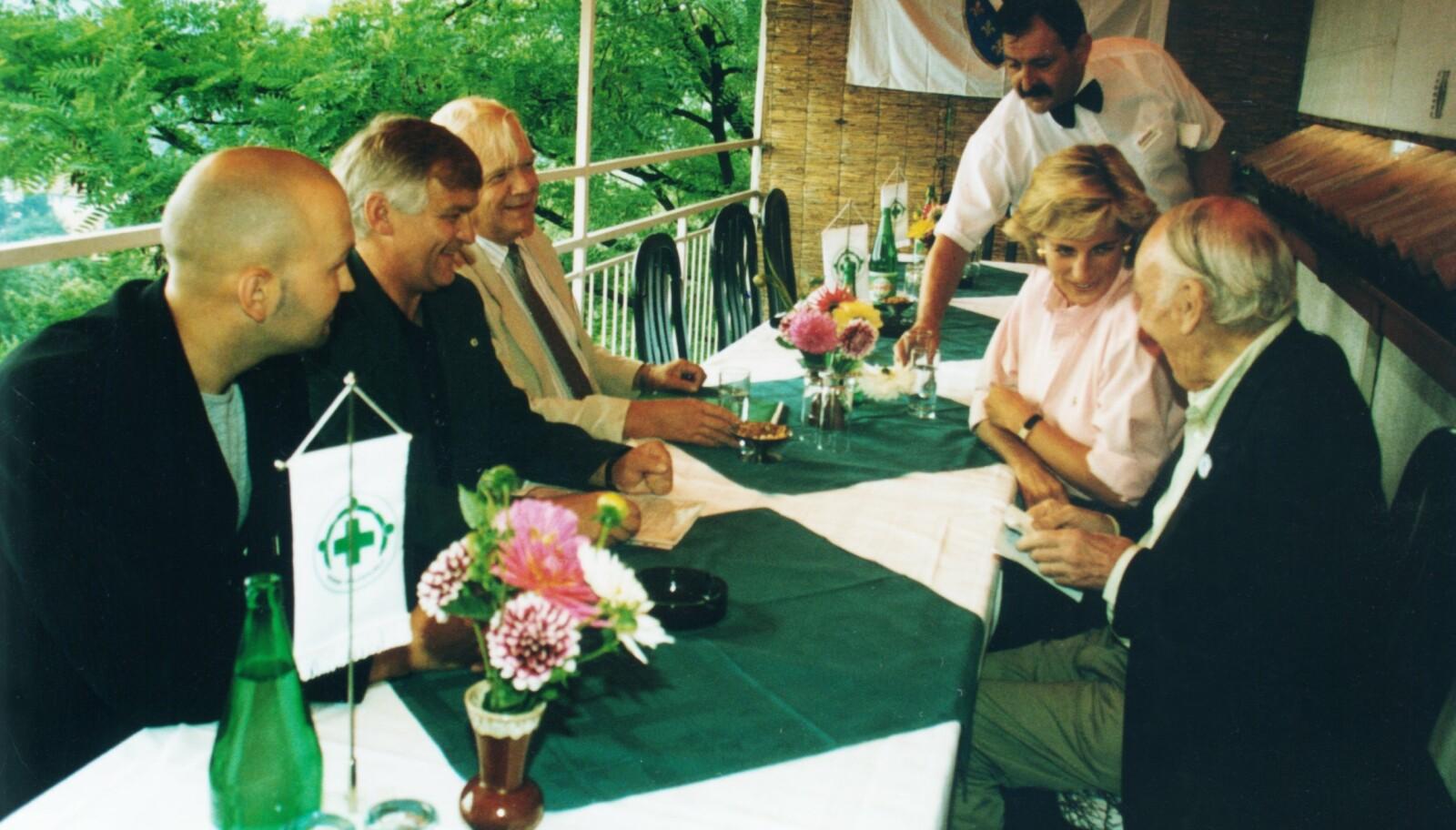 LUNSJ MED DIANA: Per Nergaard (t.v.) og kollegaer møter prinsesse Diana i Sarajevo cirka en måned før hun døde i Paris.