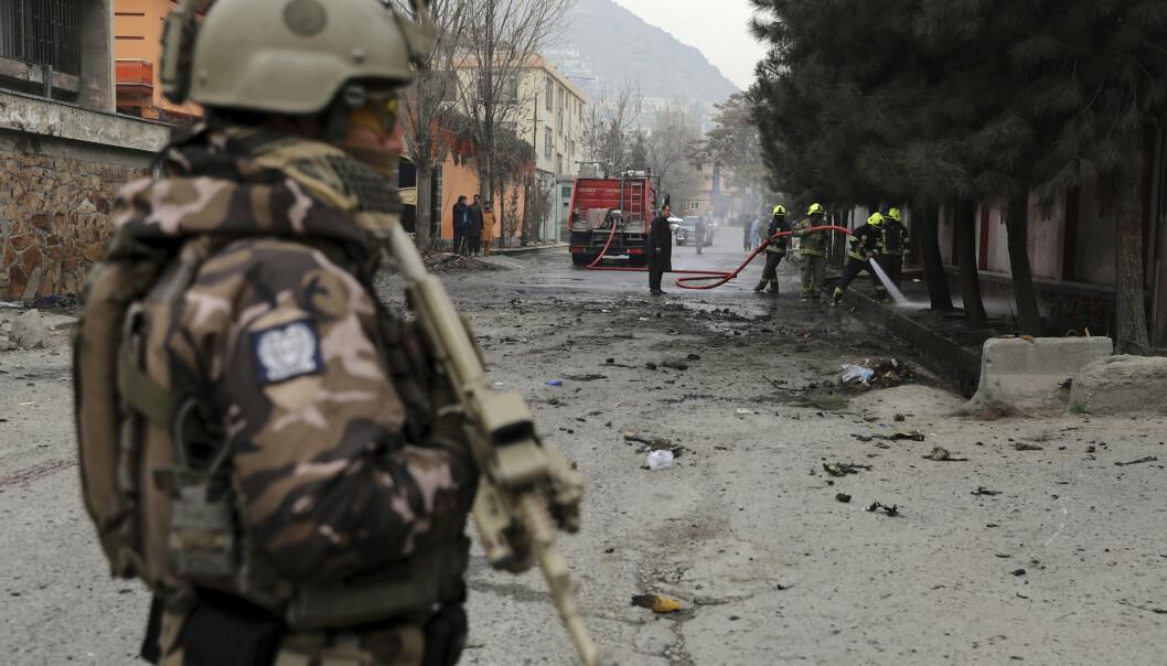 DØDELIG ANGREP: En soldat står vakt nær åstedet for en eksplosjon i Afghanistans hovedstad Kabul lørdag.