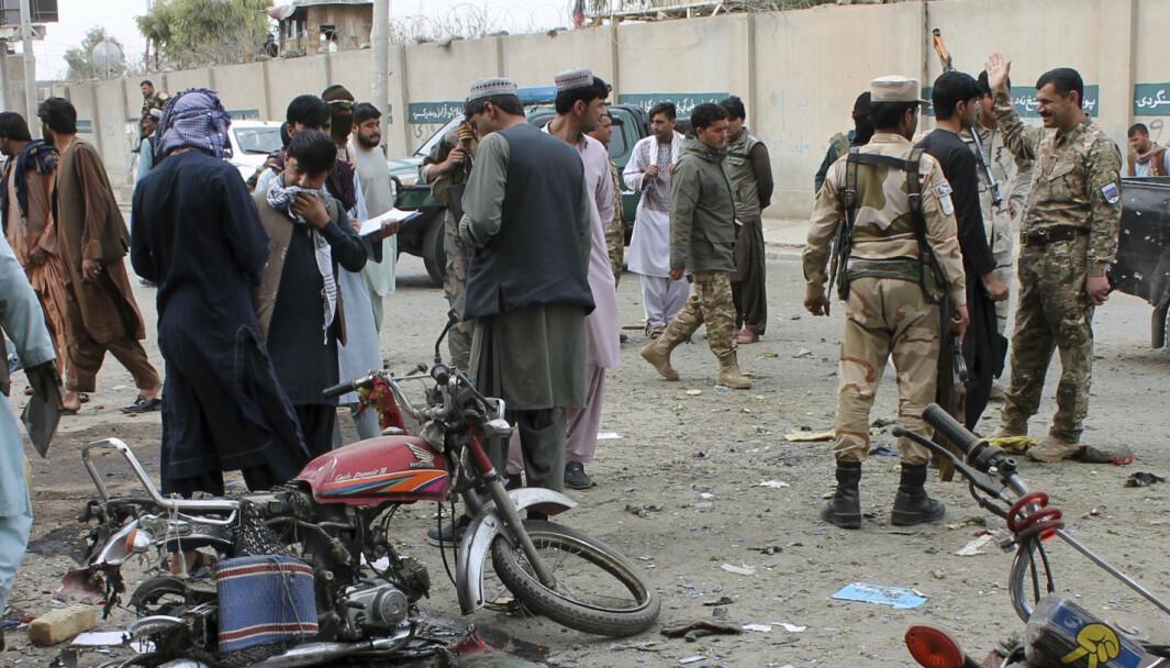 Aghanske sikkerhetsstyrker på stedet hvor en bombe gikk av i Helmand-provinsen sør i Afghanistan søndag 21. februar.