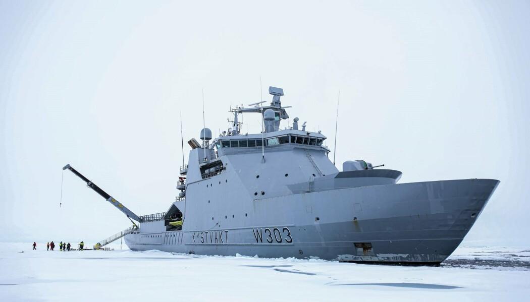 BEKYMRET: Kystvaktskipet KV Svalbard er et av de norske kystvaktskipene som er levert med motorer fra Bergen Engines, som er kjøpt opp av et russiskkontrollert selskap. Både Forsvaret og eksperter er bekymret for at motorteknologien kan havne i feil hender