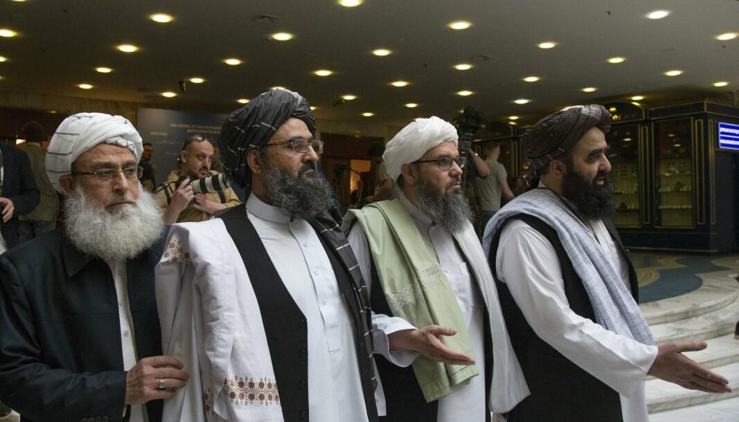 TALIBAN: Mulla Abdul Ghani Baradar (nummer to fra venstre), en av Talibans toppledere, fotografert i Moskva i mai 2019, sammen med andre representanter for den islamistiske bevegelsen.