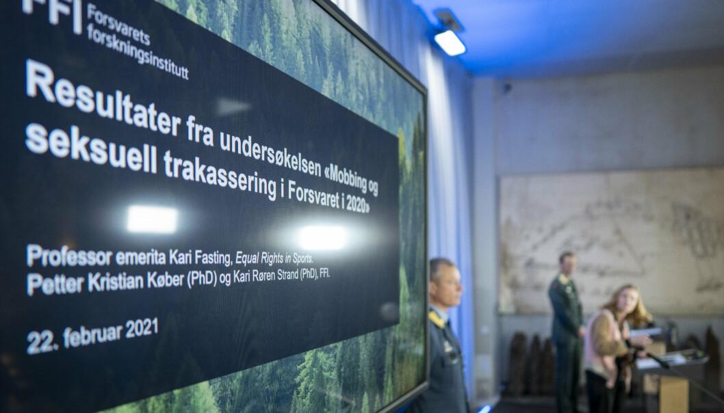 OVERGREP: FFI-forsker Kari Røren Strand og forsvarssjef Eirik Kristoffersen presenterer Forsvarets undersøkelse om mobbing og seksuell trakassering.