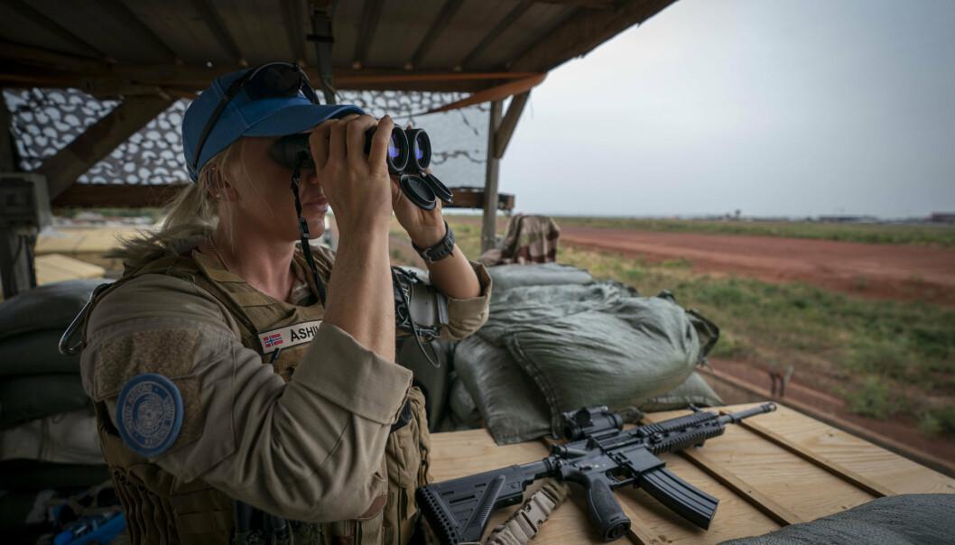 En kvinnelig norsk FN soldat holder utkikk fra et vakttårn i Camp Bifrost i Bamako. Hun er del av den norske kontigenten som deltar i FNs fredsbevarende operasjon i Mali, MINUSMA.