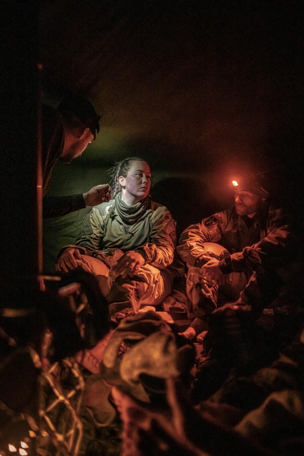 SJEKK: I et telt på Terningmoen gjennomføres en full helsesjekk etter en lang dag i kulda. Det er rutine - og intimt.