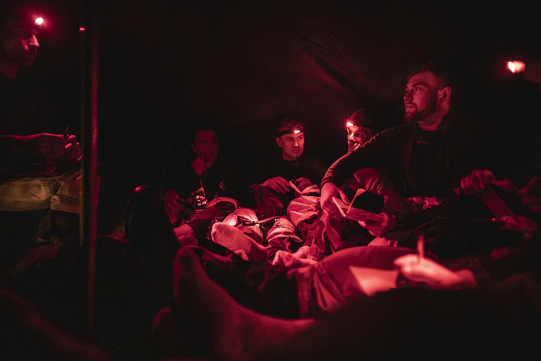 FREMTIDENS LEDERE: Soldatene på Terningmoen har etter en lang dag på øvelse samlet seg i teltet sitt for å snakke om lederutvikling.