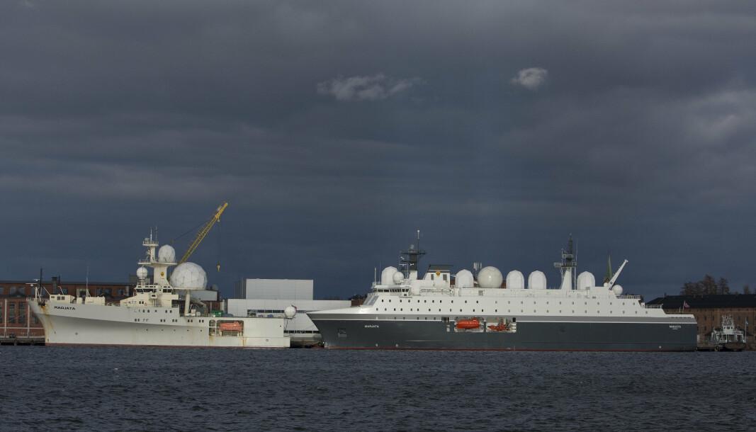 Forsvarets etterretningsskip Marjata (til høyre). Det er det fjerde spionskipet i rekken som har det samme navnet. Ved siden av (til venstre) ligger skipet Eger.