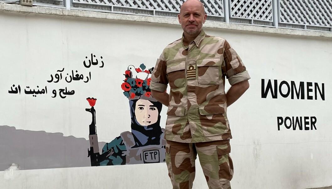 Arne Kristian Sørnes i Kabul, Afghanistan. På veggen bak står det «Kvinner bringer fred og sikkerhet»