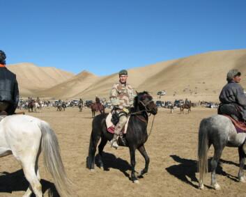 Felstøvler eller pensko? Det spørs om tiden skal tilbringes på hesteryggen i Meymaneh eller med inspisering av æresvakter på festningen