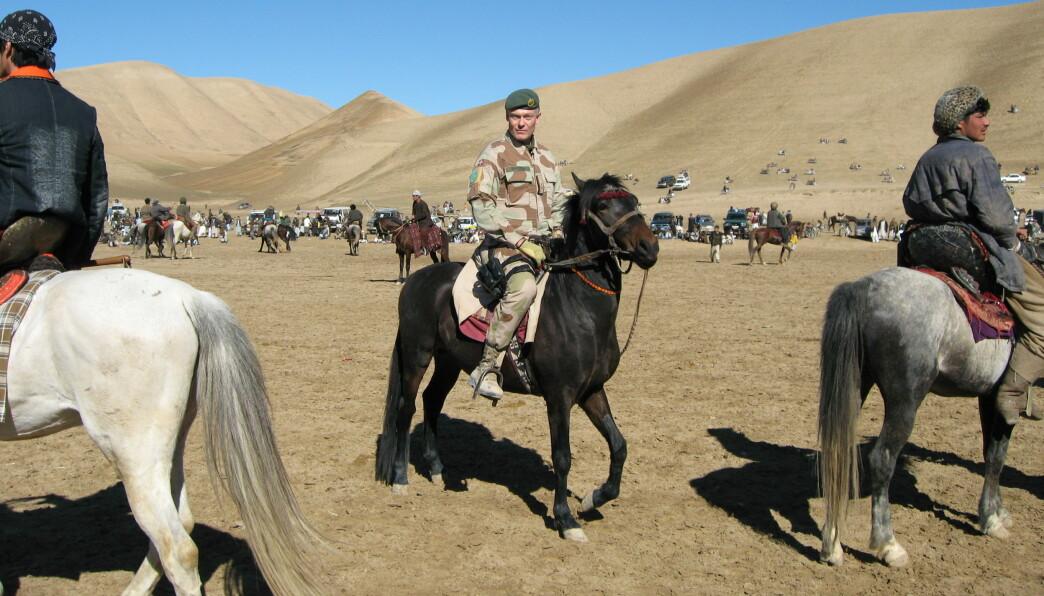 Arne Opperud på hesteryggen i Afghanistan fra da han var sjef for stabiliseringsstyrken i Meymaneh i 2007. Når anledningen bød seg overvar Opperud buzkashi (den afghanske nasjonalsporten) på en slette utenfor byen.