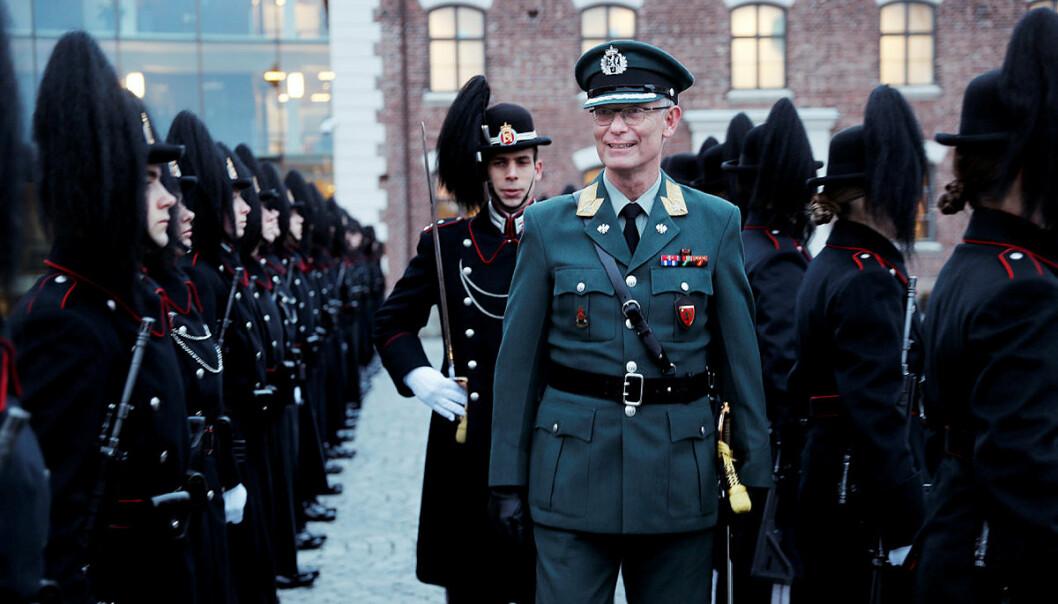 Brigader Arne Opperud inspiserer æresvaktene fra Hans Majestet Kongens Garde på Akershus festning