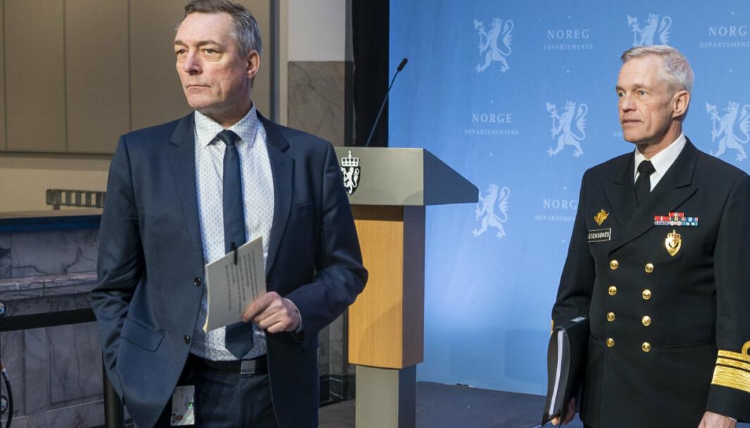 E-TJENESTEN: Forsvarsminister Frank Bakke-Jensen (t.v.) og sjef for Etterretningstjenesten, viseadmiral Nils Andreas Stensønes, da Etterretningstjenesten, la frem sin åpne trusselvurdering.